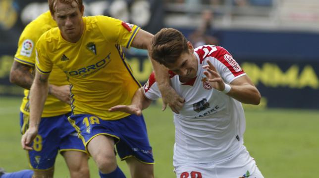 Álex Fernández intenta frenar a un rival.