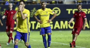 Barral y Rubén Cruz se lamentan tras el fallo desde los once metros del isleño.