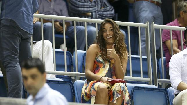 Una aficionada del Cádiz CF en la grada de tribuna.