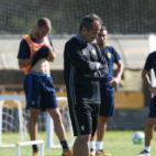Álvaro Cervera, de brazos cruzados, durante un entrenamiento.