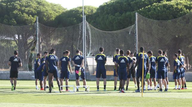 Álvaro Cervera, en una conversación con todos sus jugadores.