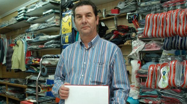 Enrique Montero, en su tienda de deportes en El Puerto.