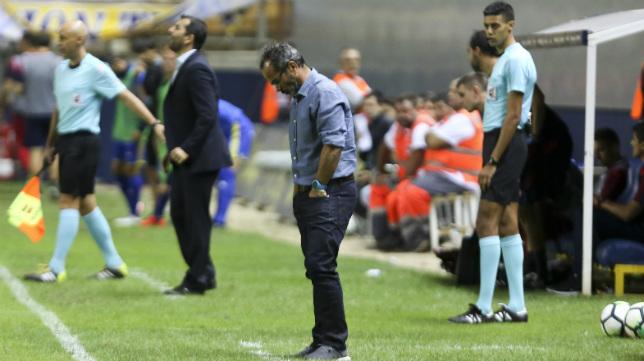Álvaro Cervera se lamenta en el área técnica.