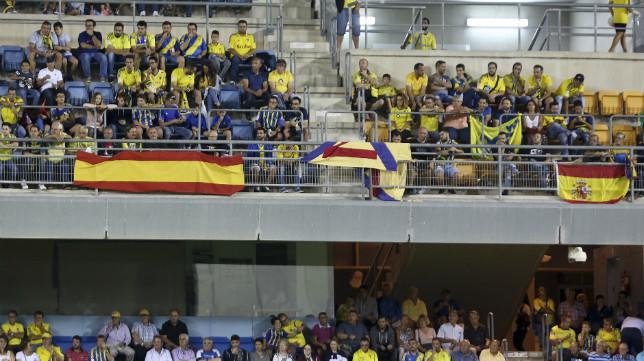 Banderas de España en la grada de fondo norte.