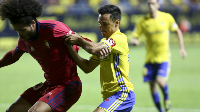 Álvaro García pugna por un balón con Aridane