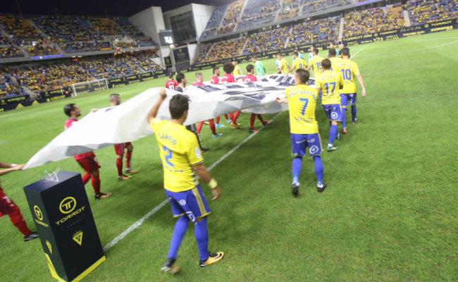 Jugadores del Cádiz CF y del Osasuna saliendo al campo.
