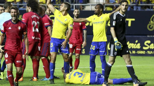 El portero Sergio Herrera se convirtió en protagonista del partido.
