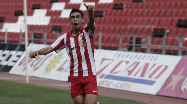 Dani Romera celebra un gol con la camiseta del Almería B.