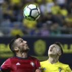 Salvi lucha por un balón ante el Osasuna.