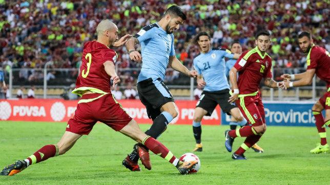 Villanueva intenta quitarle el balón a Suárez.