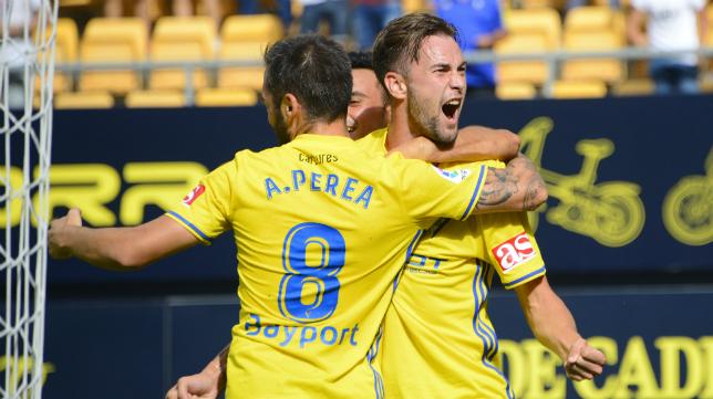 Carrillo celebra su gol con Perea en un partido del Cádiz