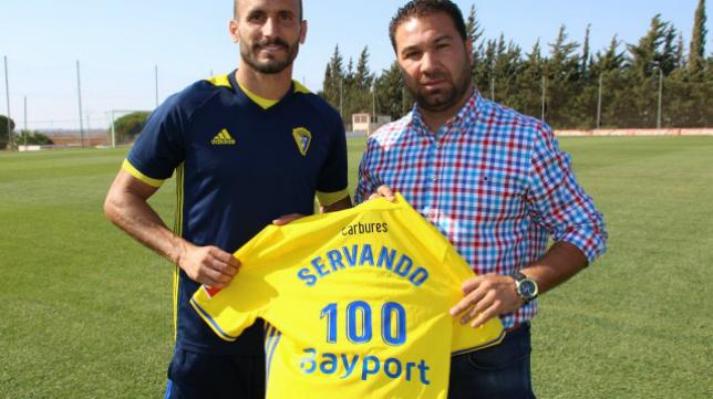 Servando celebra cien encuentros oficiales como jugador del Cádiz CF. Foto: Cádiz CF.