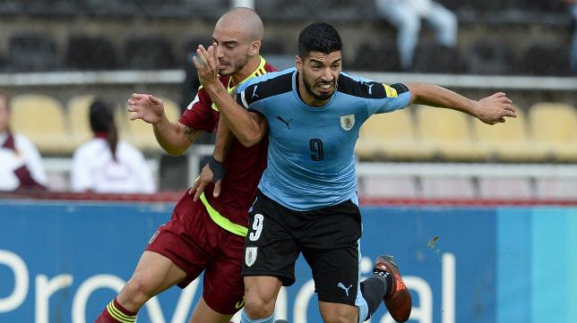 Mikel Villanueva y Luis Suárez, en un momento del último encuentro.