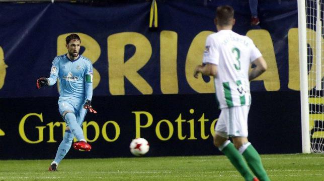 Dani Giménez, sacando el balón desde atrás en el partido de ida en Carranza.