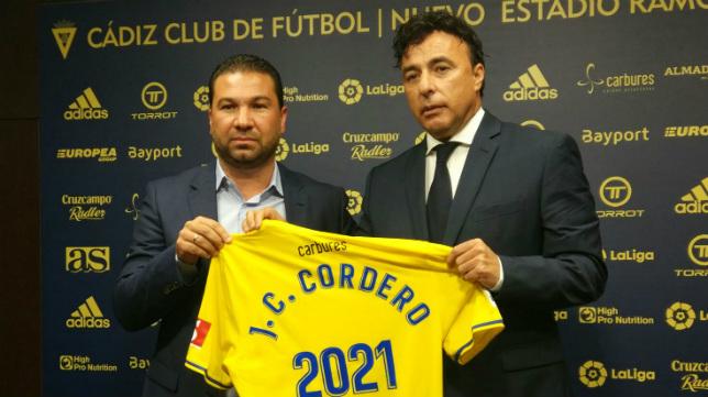 Cordero posa con Pina en su renovación como director deportivo.