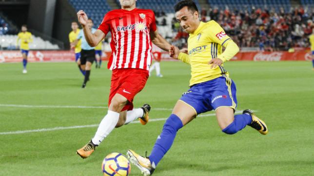 Álvaro García intenta sacar un centro.