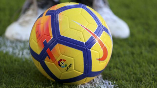 El balón de la Liga suele mudar el color en invierno en amarillo. Este año lo hará el Nike Merlin.
