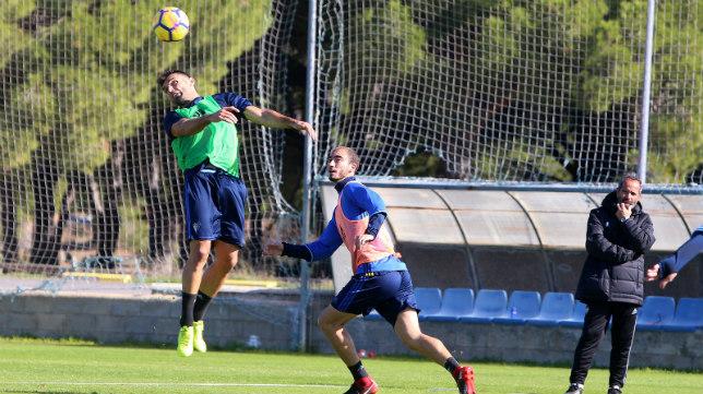 Barral salta ante las miradas de Villanueva y Cervera.