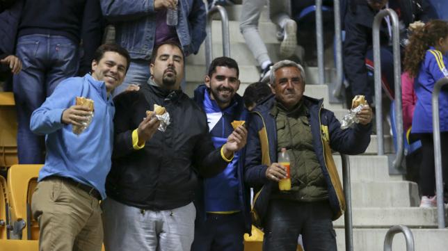 La afición del Cádiz está disfrutando con su equipo.