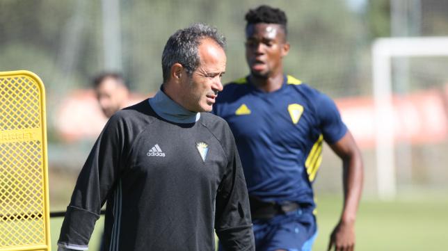 Álvaro Cervera, en un entrenamiento con Moha detrás.