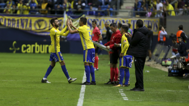 José Mari y Garrido se dan la mano en un cambio.