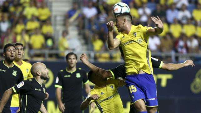 Marcos Mauro intenta cabecear un centro en el partido ante el Alcorcón de la segunda jornada.