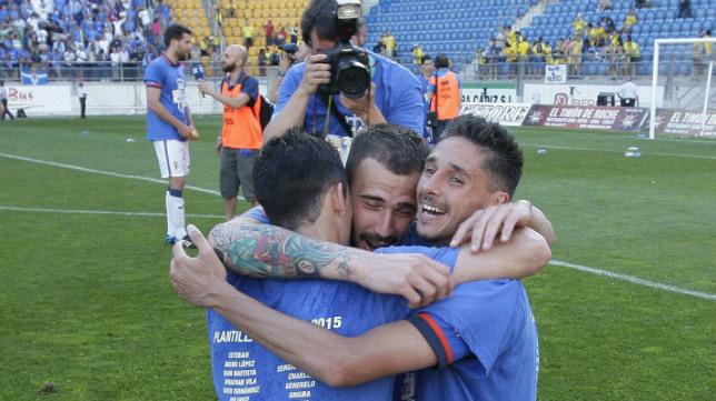 Los jugadores del Oviedo celebran el ascenso en el Ramón de Carranza.