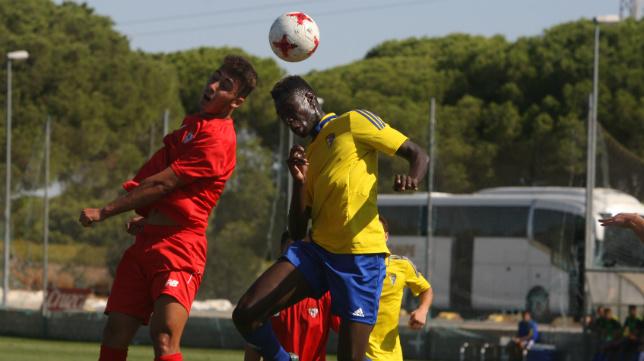 Momo, en un partido con el Cádiz CF B.