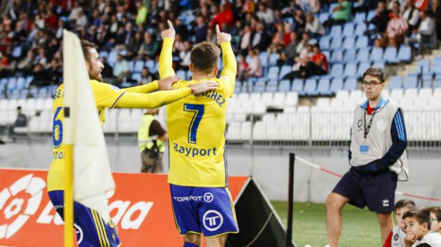 José Mari y Salvi celebran con la afición cadista en Almería un gol.