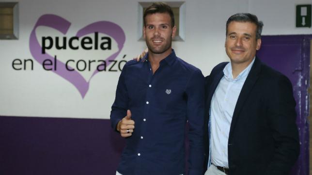 Ortuño, presentado como nuevo jugador del Real Valladolid. A su lado, Miguel Ángel Gómez, director deportivo