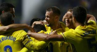 Los jugadores celebran el gol de Carrillo