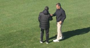 Jose González saluda a Álvaro Cervera en El Rosal