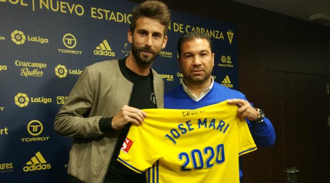 José Mari posa con Juan Carlos Cordero en la presentación de su renovación