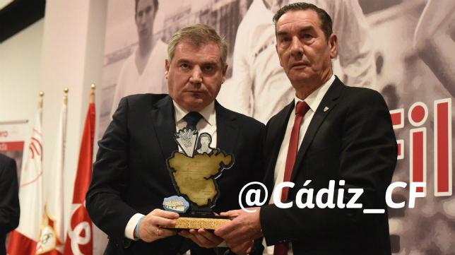 Manuel Vizcaíno acompañó a Enrique Montero en el acto de homenaje del Sevilla FC. Foto: Cádiz CF.