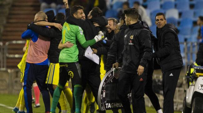 Los jugadores del Cádiz CF celebran la victoria en Zaragoza con Cifuentes a la cabeza.