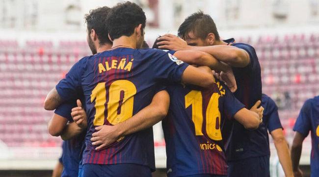 Los jugadores del Barcelona B celebran un gol