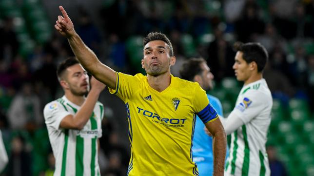 Barral celebra el gol del Cádiz CF ante el Betis en la Copa del Rey.