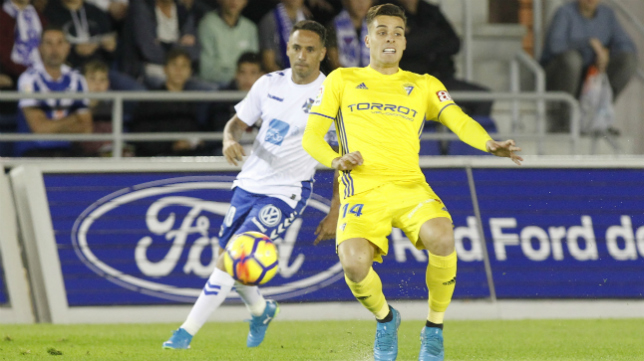 Brian ante un rival del Tenerife.