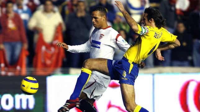 Luis Fabiano se enfrenta a De Quintana en el Sevilla-Cádiz CF.