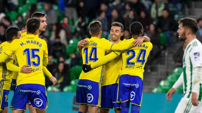 Barral se abraza con sus compañeros tras un gol del Cádiz CF.