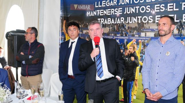 Manuel Vizcaíno, micrófono en mano ante la presencia de Pina, Cervera y Servando