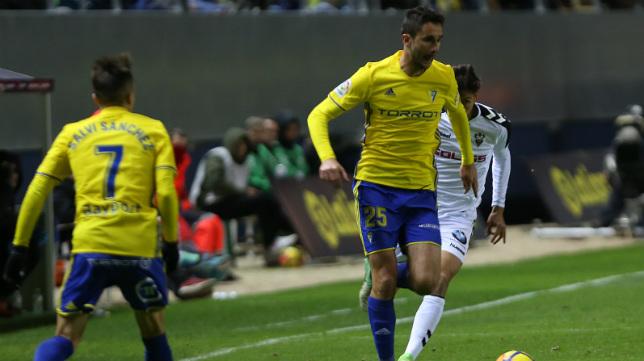 Ivan Kekojevic avanza con el balón controlado.