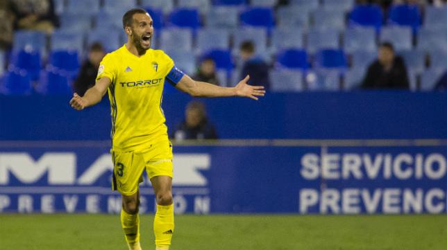 El capitán Servando celebra una victoria del Cádiz CF.