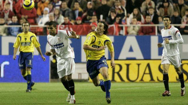 Dani Alves y Pavoni pelean por un balón en el Sevilla FC-Cádiz CF de Copa del Rey.