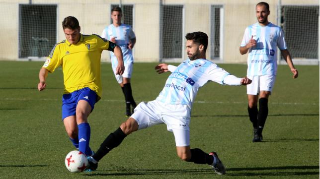 El Cádiz CF B, en la imagen ante la Balompédica Lebrijana, sigue imparable.