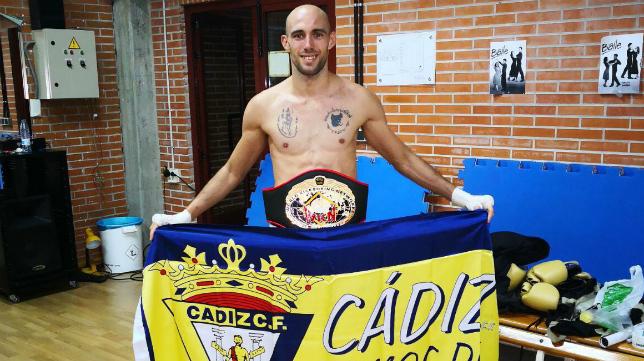 El campeón mundial Carlos Coello posa con una bandera del Cádiz CF.