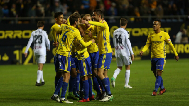 Los futbolistas del Cádiz CF celebran el gol de Kecojevic ante el Albacete.