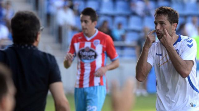 Aitor Sanz y Cervera, de espaldas, con un partido con el Tenerife.