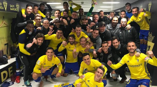 Los jugadores del Cádiz CF celebrando la última victoria en el vestuario
