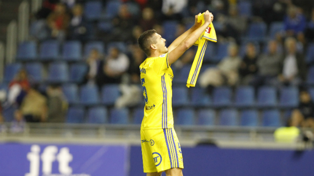 Garrido celebra su gol en Tenerife enseñando la camiseta de José Mari en el partido en Tenerife